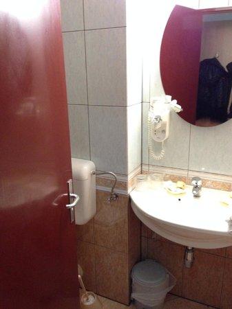 Marami Hotel: small, ugly, smelly bathroom