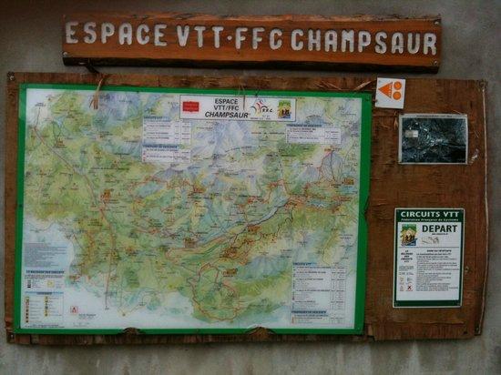 Hotel Les Autanes : plan du site sur la place du village