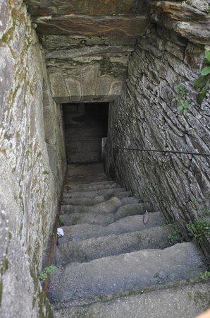 Monasterio de Caaveiro: Acceso a los sotanos. Se debe solicitar autorizacion a la xunta para visitarlos.