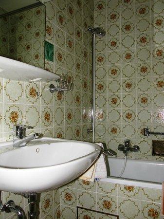 Hotel Dora: Ванная комната