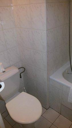 Hotel Ilf: Ванная совместна с туалетом.