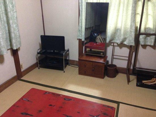 Chizuru Ryokan : TV and lounge