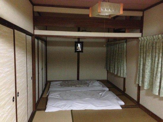 Chizuru Ryokan : Bed area