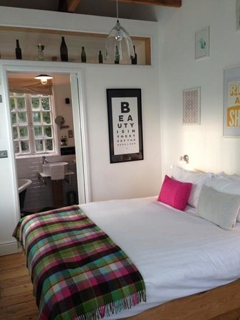 Artist Residence Cornwall : Room 11 - The Picture Room