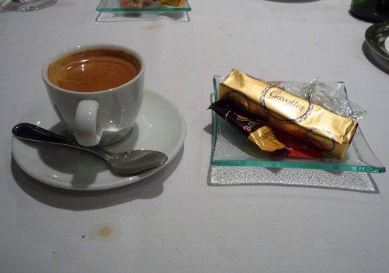 Le Pre Sale: カフェはお菓子付き
