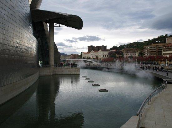 Guggenheim-Museum Bilbao: Guggenhen Fluss
