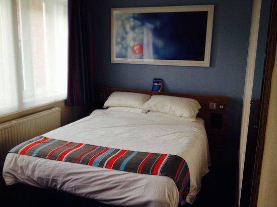 Travelodge Edinburgh Central Rose Street : Our lovely bed.