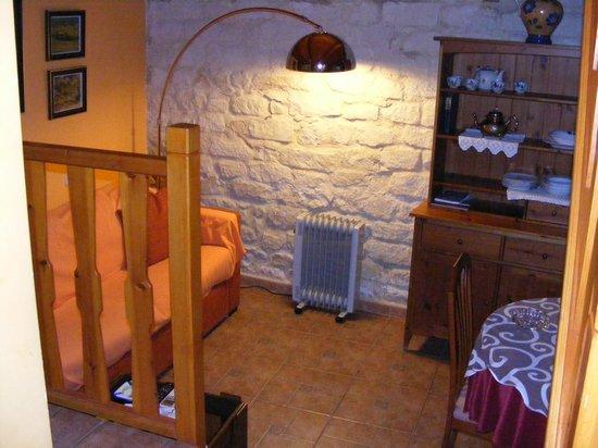 Guest House: salón del apartamento rústico