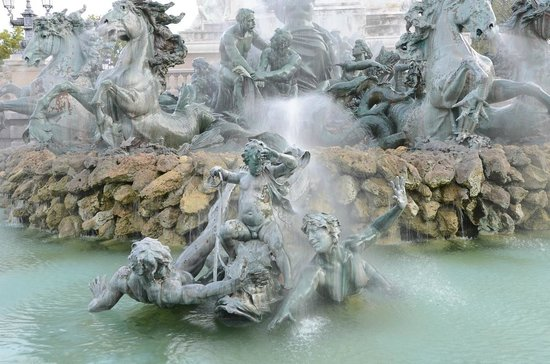 Esplanade des Quinconces : fountains