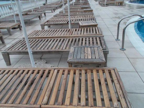 Mayor La Grotta Verde Grand Resort : descendez l'escalier et tournez la tête; Dessus du toit du bar de piscine, tapis, etc...