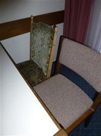 Hotel Quellenhof: Stoelen bij tafel