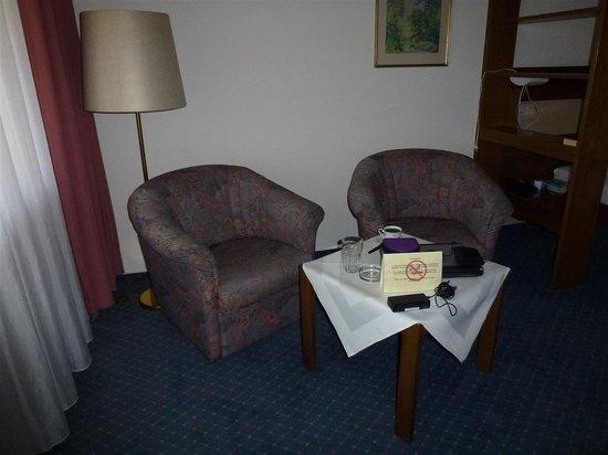Hotel Quellenhof: Zitje met weer andere kleur stoelen