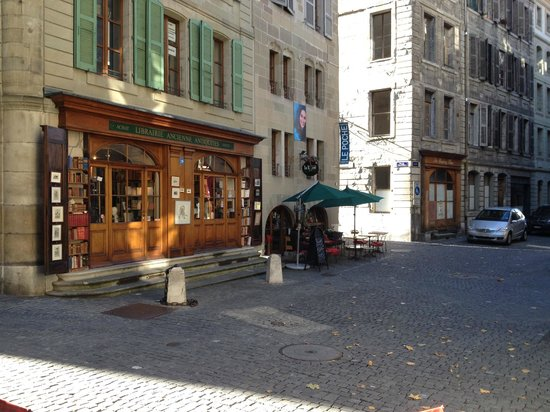 Place Bourg du Four: Shops/cafes in narrow streets