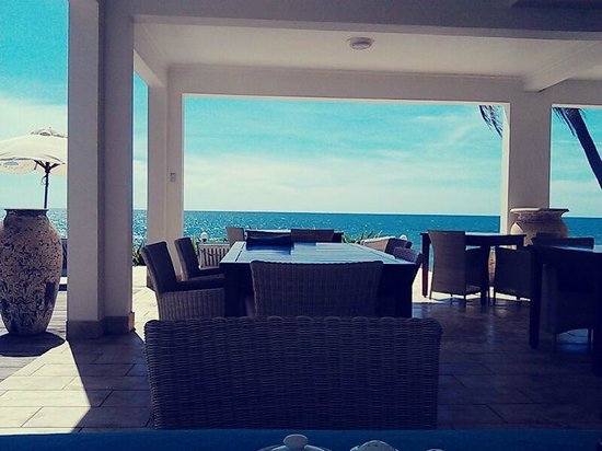 Shades Resort: Breakfast in front of the beach....