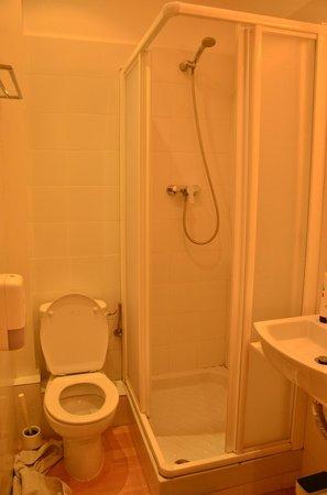 Hostalet Barcelona : salle de bain privée