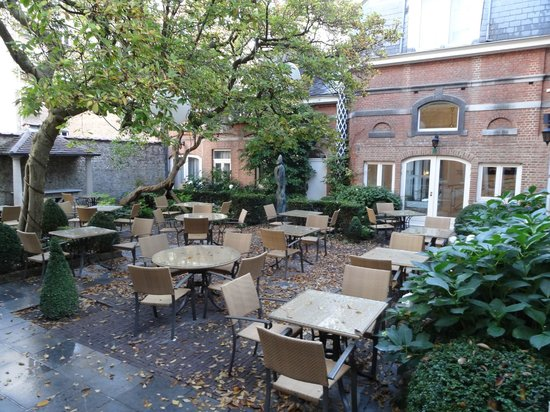 Stanhope Hotel: courtyard terrace (during a storm, thus the leaves)