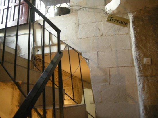 Guven Cave Hotel: Scale per salire alla terrazza dell'hotel