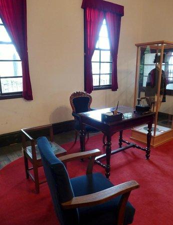 Old Minami Aidu-gun Government Office: 郡長の部屋と展示物