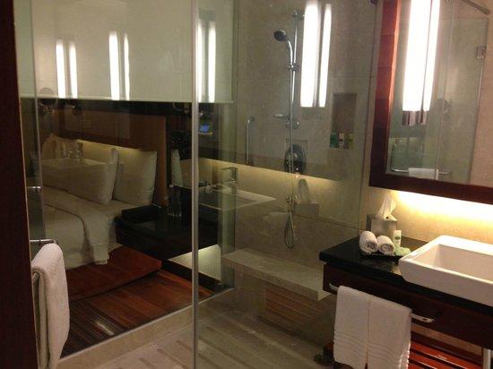 Courtyard Ahmedabad : Bathroom