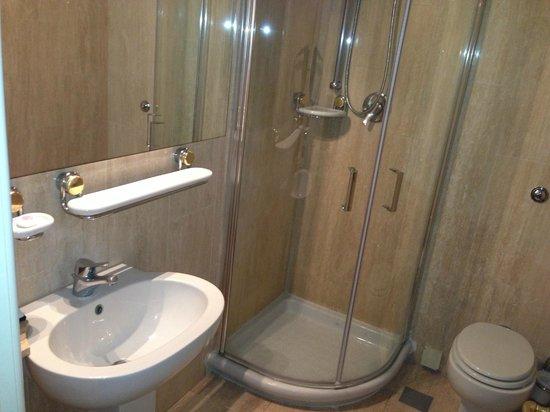 Plaza e De Russie Hotel: Bathroom