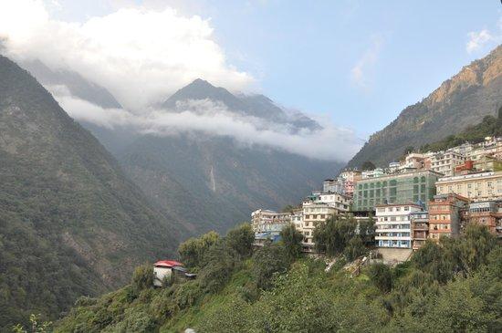 Zhangmu Gang Gyan Hotel: Clouds offer an ever changing view
