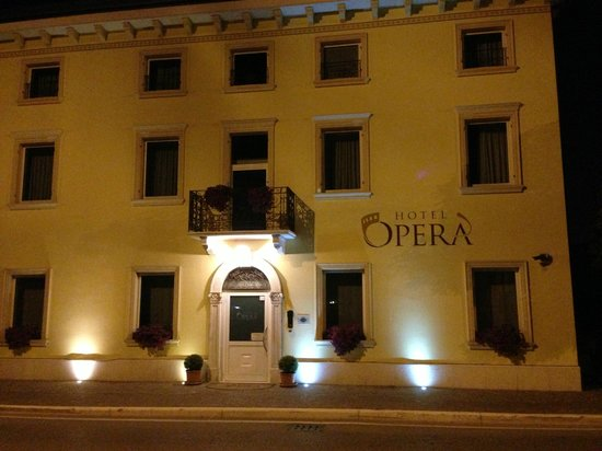 Hotel Opera: Фасад отеля Opera