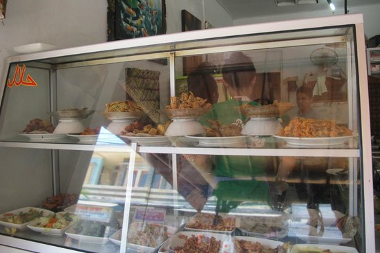 Warung Murah: Quite a few choices and the yummy curries too
