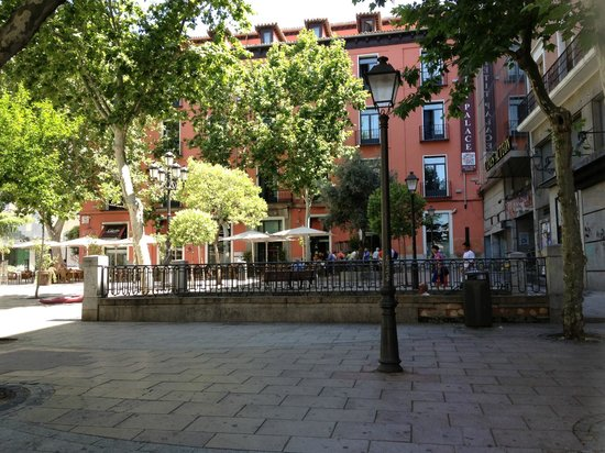 Petit Palace Plaza del Carmen: Вид с площади на отель