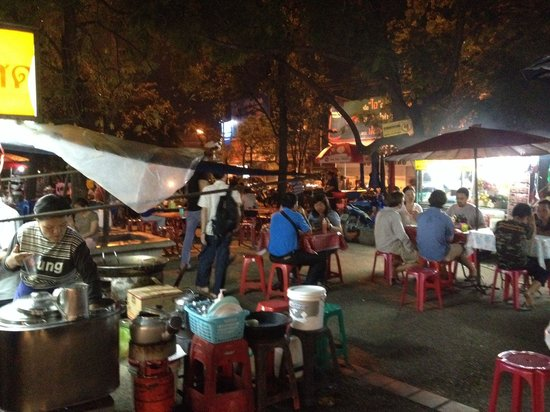 Chiang Mai Gate Hotel: Bij de foodstalls, bij de Chiang Mai gate.