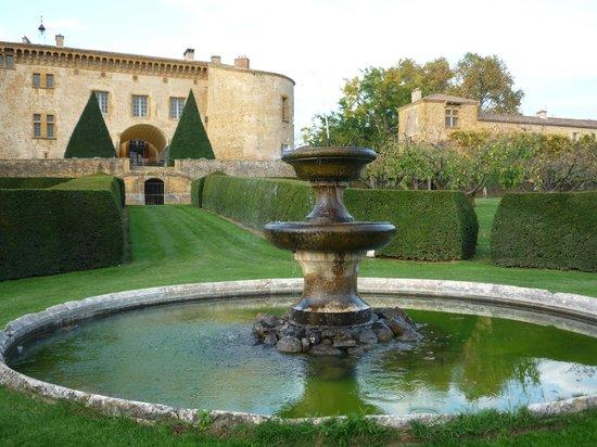 Château de Bagnols : Vue du Château des jardins