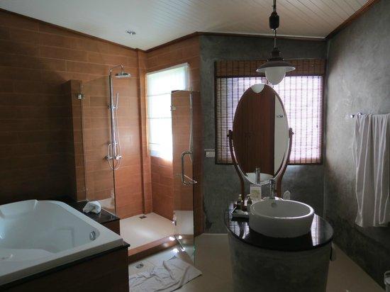 Aonang Phu Petra Resort, Krabi: Baño habitación