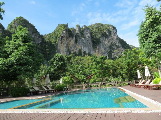 Aonang Phu Petra Resort, Krabi : Típicas formaciones rocosas de la zona de Krabi + piscina