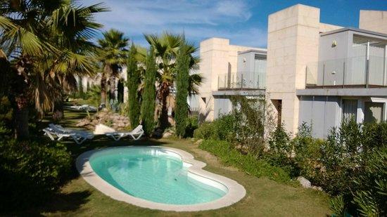 L'Escala Resort : Pool and gardens