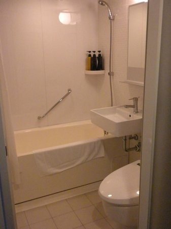 Mercure Okinawa Naha: Clean & simple bathroom
