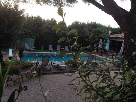 Hotel Bastide de Lourmarin: vue sur la piscine depuis la chambre