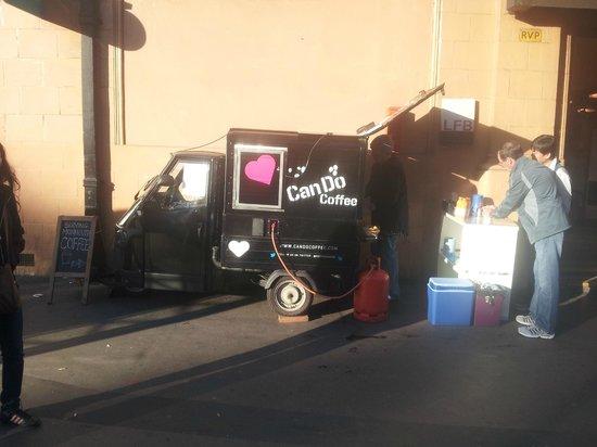 Bayswater: Puestito de cafe en la puerta del metro