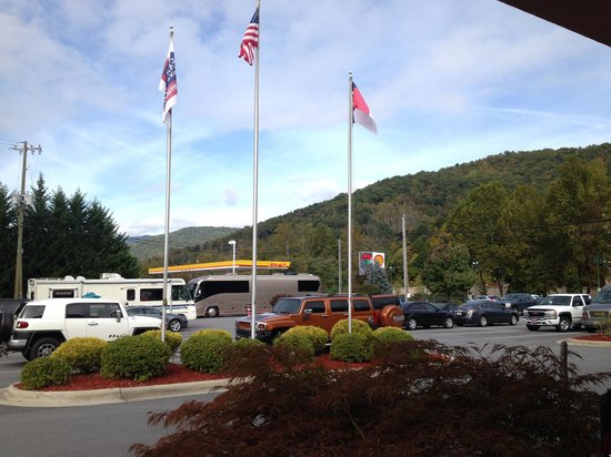 Fairfield Inn & Suites Cherokee: Parking lot view.
