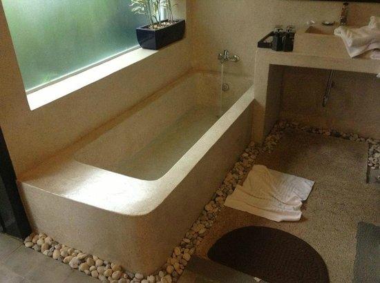 Landing Point Villa: Номер отеля (ванна прямо в номере)