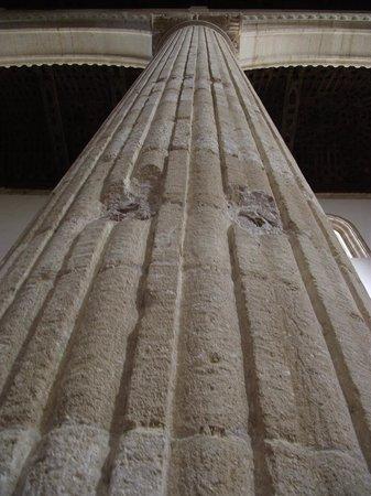 Colegiata de Santa María la Mayor: columnas interiores