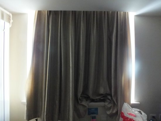 Hanting Express (Beijing Changhongqiao): Curtains don't keep out the light