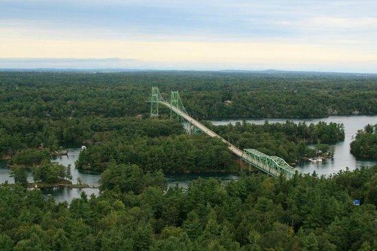 1000 Islands Tower: Blick auf die Inselwelt und die Eisenbrücke