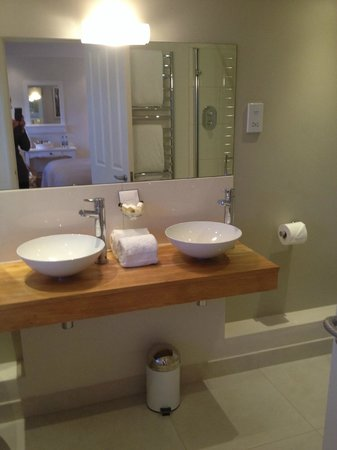 Boskerris Hotel: Twin basins in bathroom Room 4