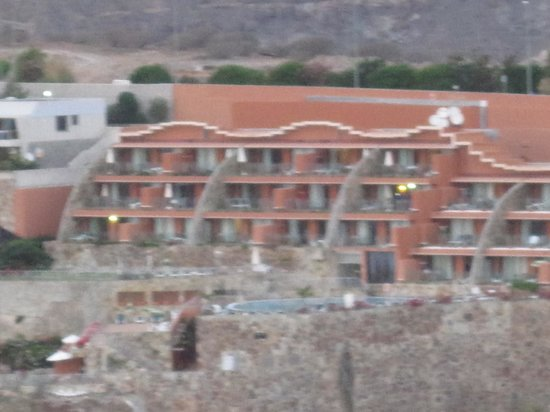 Serenity Apartments : Hotellet sett fra andre siden av dalen