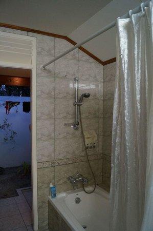 Sun Island Resort: Bungalow Bath