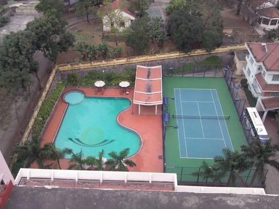 Halong Pearl Hotel: Pool ( View from the top )