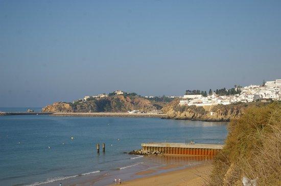 Monica Isabel Beach Club : vue d'albufeira depuis la plage