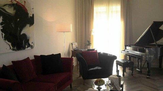Grand Hotel Excelsior Vittoria: 客室の一つ、ルチオダーラスイートはモダンなインテリアで、ピアノが備えられているンなインテリ