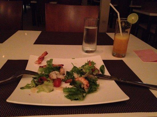 Taste Bar & Grill: Салат с морепродуктами на гриле