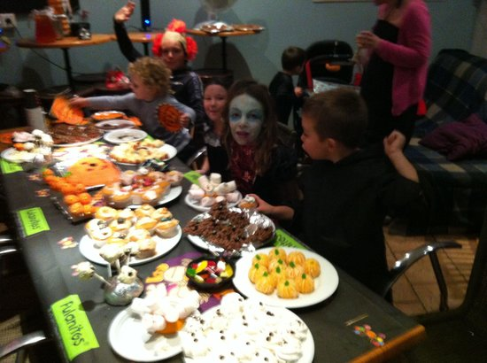 Chez Hesketh : Trick or treat!! The kids tucking in!