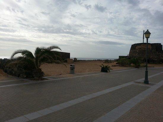 Geranios Suites & Spa: Pathway by beach